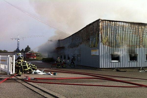 Les pompiers tentent de limiter l'incendie à l'entrepôt concerné (le 23/09/2012)
