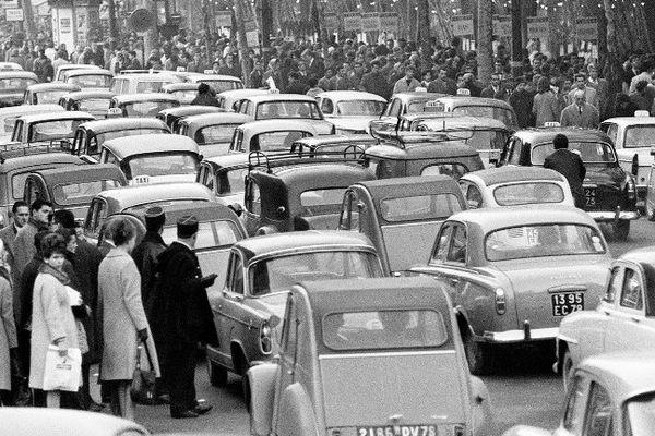 Des embouteillages dans les rues de Paris en 1962 (Archives).