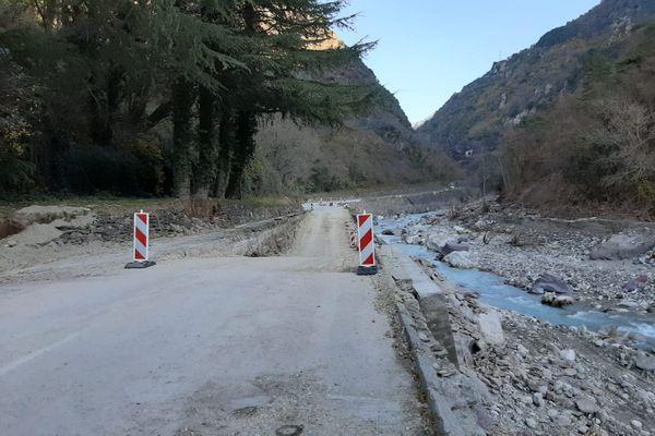 Le lit de la rivière a été comblé pour permettre un accès routier.