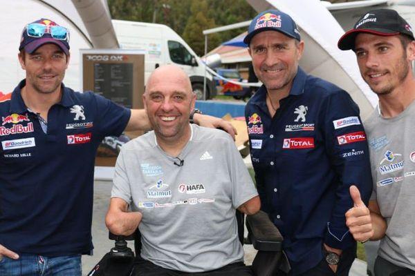Philippe Croizon (au milieu) avec (de g. à d.) Sébatien Loeb, Stéphane Peterhansel et Cyril Despres, les 3 premiers du classement dans la catégorie Auto.