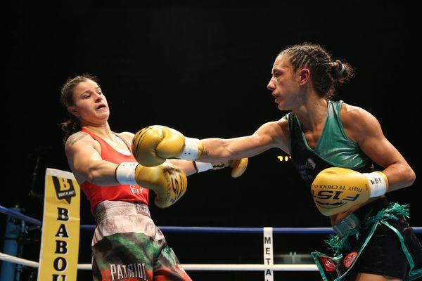 La Clermontoise Myriam Dellal (à droite) lors de son combat victorieux le 9 octobre 2015 contre la Bulgare Milena Koleva lors du championnat du monde WBF super-légers.