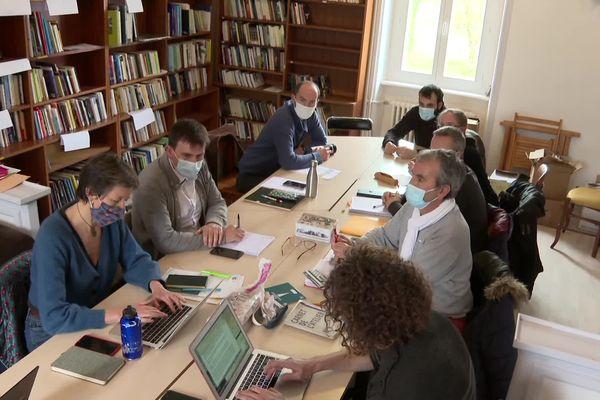 Les associations Div Yezh Breizh, Diwan, Kelennomp et les syndicats SNES-FSU et CFDT-FEP se sont réunis, mardi 2 mars, à Rostrenen (22). Tous s'inquiètent du non renouvellement de la convention Etat-Région qui encadre notamment l'enseignement du breton et du gallo.