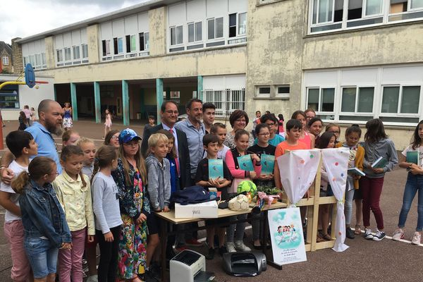 L'auteur à succès Michel Bussi rencontre les élèves d'école primaire d'Anatole France et de Jean Moulins à Louviers le 1er juillet 2019.