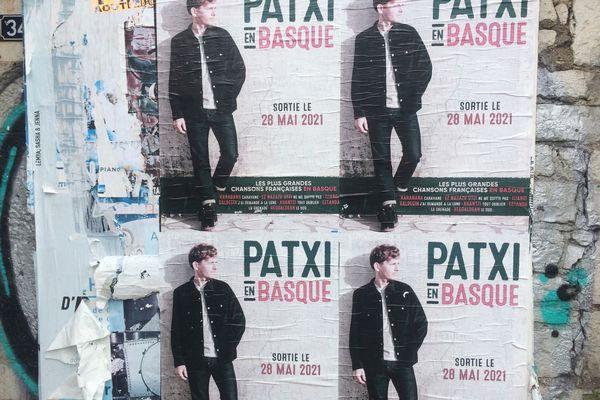 """Les affiches de """"Patxi en basque"""" à Bayonne. """"Patxi euskaraz"""" diskoaren iragarkiak Baionan"""