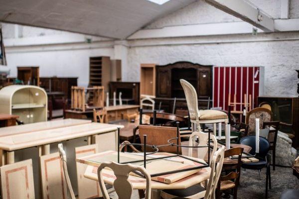Des meubles d'occasion disposés dans le centre d'Emmaüs d'Ivry-sur-Seine (Val-de-Marne), le 20 avril dernier.