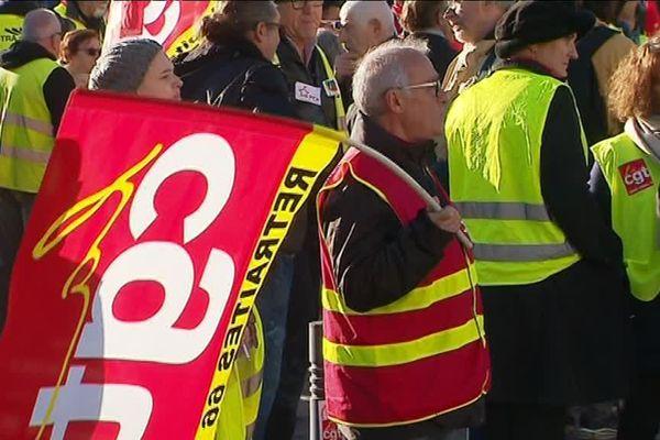 Les gilets étaient peu nombreux ce matin devant le Castillet. Le syndicat CGT 66 a rejoint le mouvement populaire et la majorité des gilets jaunes ne partagent pas les idées du syndicat.