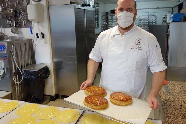 30 décembre 2020 – Près de Rouen, à  Franqueville Saint-Pierre, le boulanger Romuald Meunier prépare les galettes des rois