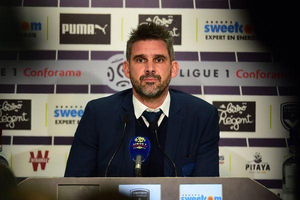Le regard de Jocelyn Gourvennec en conférence de presse d'après-match, vendredi 8 décembre 2017 à Bordeaux.