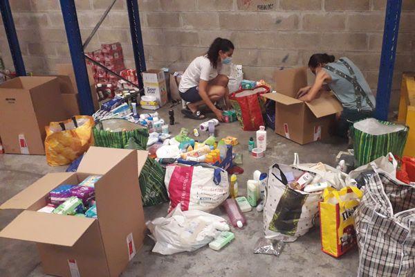 """Annaëlle (à gauche) vient participer au tri des dons. Un moyen de """"résister"""" pour cette jeune Libanaise."""