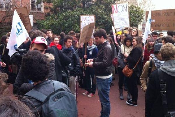Les étudiants se sont rassemblés devant le rectorat