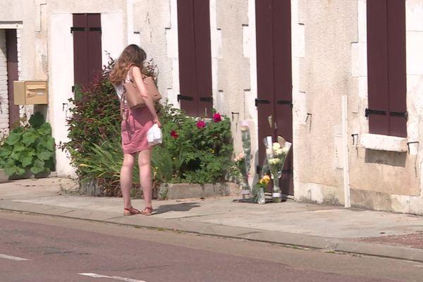 Depuis ce week-end, de nombreuses fleurs ont été déposées devant le domicile de la victime.