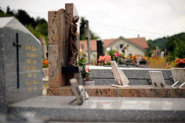 Illustration d'un cimetière à Besançon (Doubs), le 30/10/11.