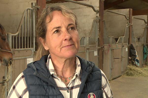 Amélie Quéguiner dans son centre équestre, en Dordogne