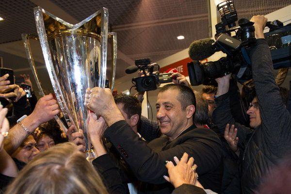 Mourad Boudjellal brandit la coupe d'Europe à l'arrivée à l'aéroport d'Hyères-Toulon.