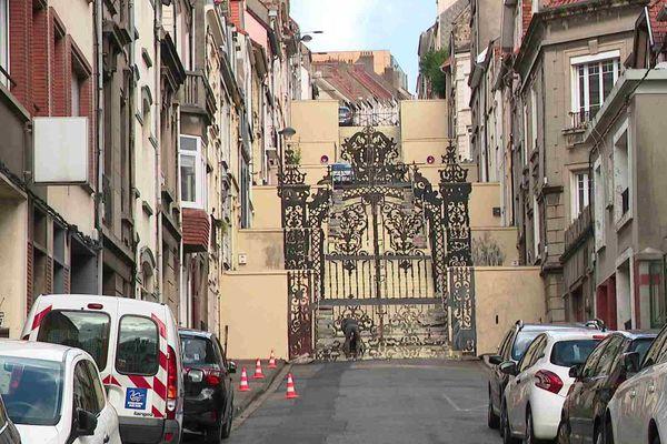 les escaliers de la rue Jules-Baudelocque à Boulogne-sur-Mer habillés d'un trompe l'œil par le street-artiste espagnol Borondo