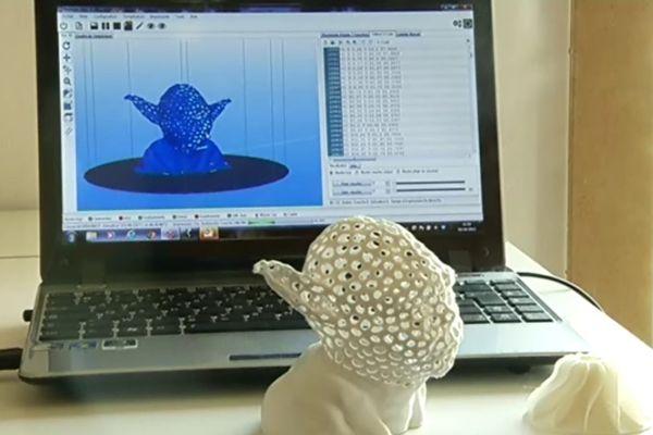 """Dans le """"FabLab"""" on peut fabriquer pratiquer tout type de pièce ou de modèle, avec une imprimante 3D, comme le célèbre buste d'un personnage de science-fiction"""
