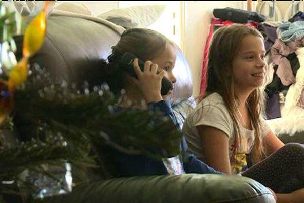 Leeloo appelle le père Noël gratuitement, avec l'aide de sa grande soeur Melody
