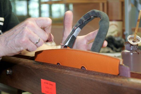 Un sac à main en confection dans les ateliers de l'usine Hermès à Bogny-sur-Meuse dans les Ardennes.