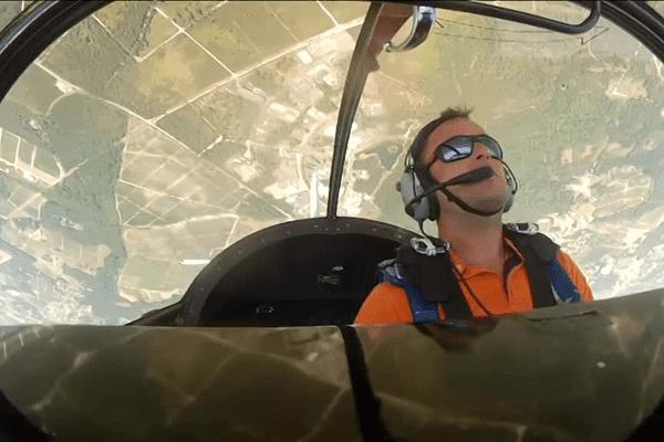 La coupe nationale Sud de voltige se déroule jusqu'au 14 août à l'aérodrome de Saucats. Le girondin Stéphane Lecorné, qui se filme ici grâce à une go-pro dans son cockpit, participe à la compétition.