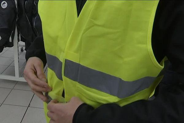 """Le mouvement de protestation contre la hausse des carburants a pris l'appellation du mouvement des """"gilets jaunes"""", en référence aux """"bonnets rouges"""" de l'écotaxe en octobre 2013"""