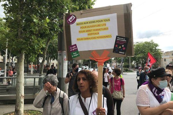 Une centaine de personnels de l'Hôpital Edouard Herriot de Lyon se sont rassemblés ce 5 août 2021 avant de gagner le lieu du pique-nique organisé à l'appel de la CGT et de SUD. Les soignants dénoncent l'obligation vaccinale contre le Covid.