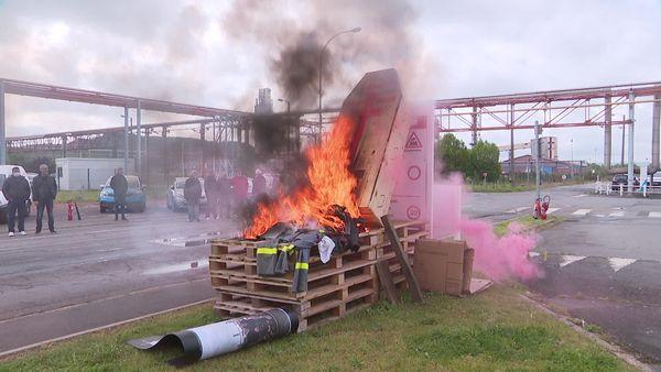 Le cercueil a été symboliquement brulé sur le site de Mazingarbe par les salariés de Maxam Tan.