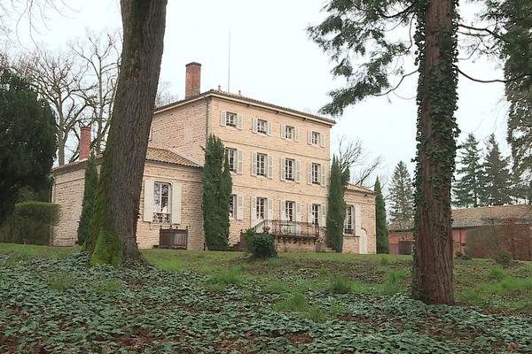 En moyenne, il faut débourser 1,5 millions d'euros pour acquérir un bien immobilier de ce type.