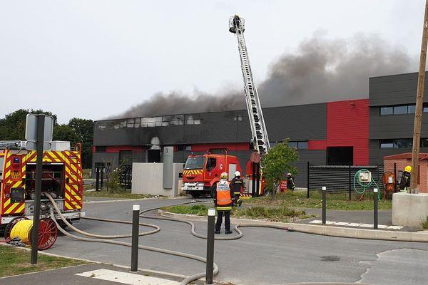 Une cinquantaine de pompiers a été mobilisée pour contenir l'incendie de l'usine Barbelé-sécurité de Frépillon (95).