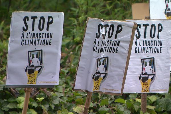 Les slogans des militants ANV-COP21 venus soutenir Olivier ce 2 décembre à Grenoble