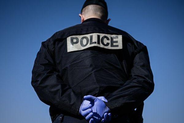 Un policier muni de gants dans le cadre de l'épidémie de coronavirus (illustration).