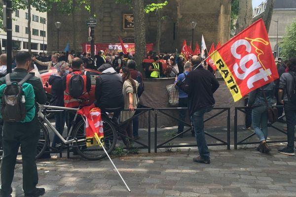 Environ 200 militants sont venus soutenir un chauffeur de bus et élu CGT convoqué en conseil de discipline en vue d'un licenciement.