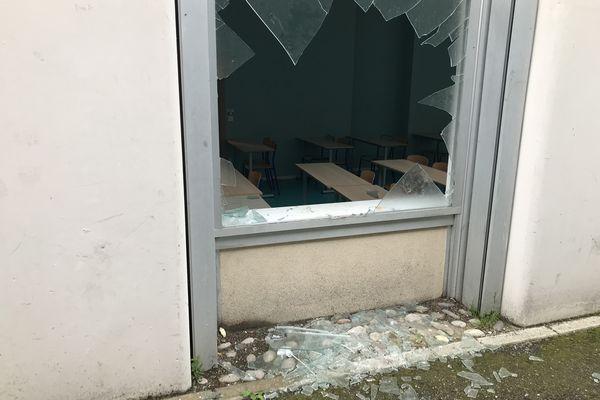 Une vitre brisée lors d'une soirée étudiante sur le campus de l'Esplanade à Strasbourg.