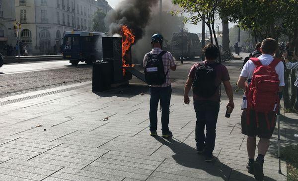 L'armoire a été incendiée lors de la manifestation du samedi 14 septembre.