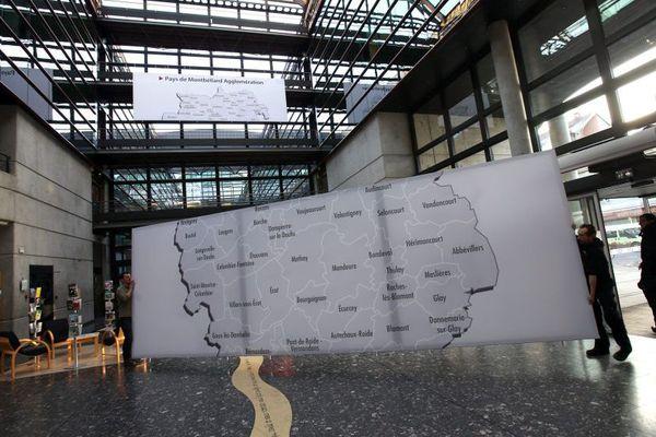 Montbéliard le 19/01/17 - Installation de panneaux géants représentants le nouveau territoire de Pays de Montbéliard Agglomération ( PMA ) qui passe de 29 à 72 communes