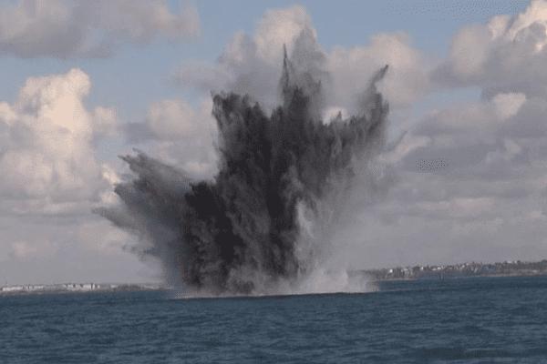 La destruction d'une bombe au large de Saint-Malo