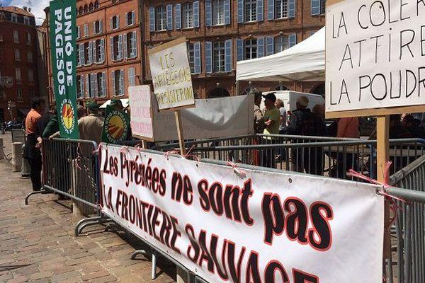Le rassemblement des anti-ours à Toulouse devant la préfecture