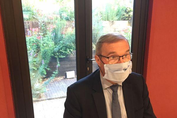Le président du département apparaît masqué au début de la conférence de presse