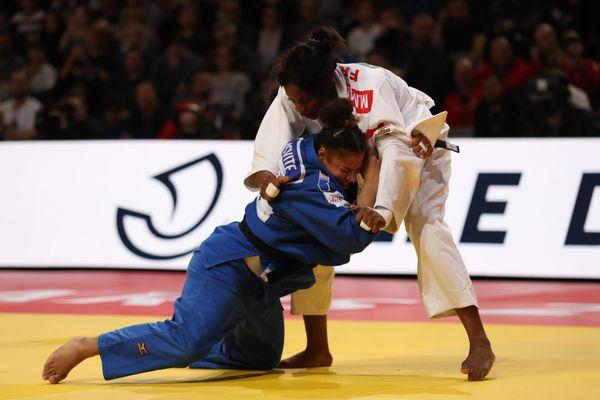 Fanny Posvite (en bleu), battu par Madeleine Malonga en finale du Grand Slam Paris, en -78kg.