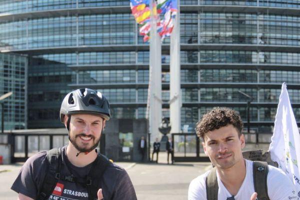 François Bihl (à gauche) et Timothée Nicot devant le Parlement européen à Strasbourg avant de partir pour le Cap Nord à vélo.