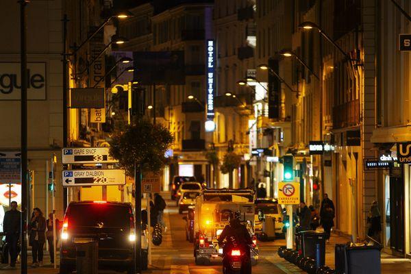 L'éclairage public réduit à Cannes pendant le confinement.