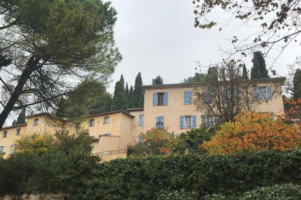 Soeur Emmanuelle arrive en 1993 dans la maison de retraite du Pradon, une grande bastide située à l'entrée du village de Callian (Var), elle y restera jusqu'à la fin de ses jours.