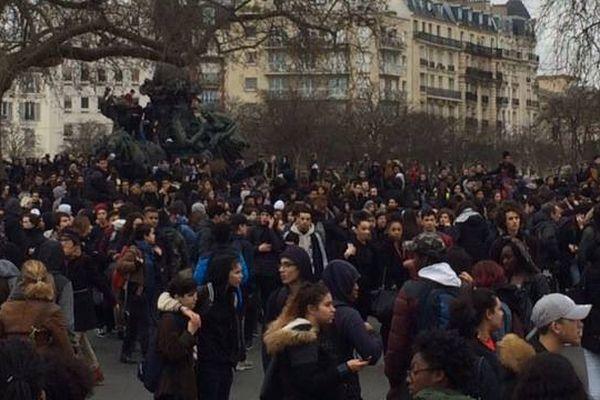 Des manifestants place de la Nation, à Paris, le 23 février.