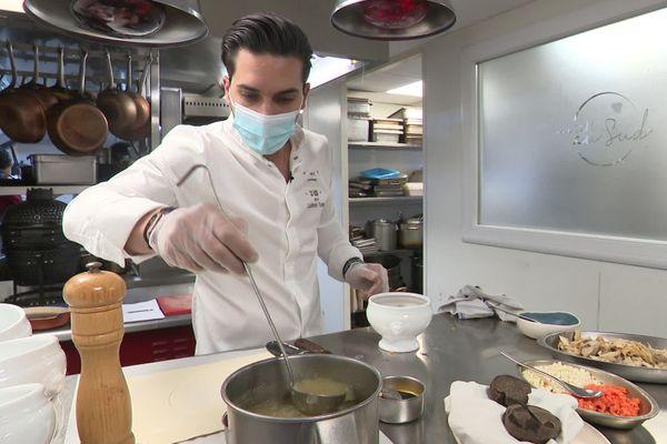 Le chef étoilé Laurent Turac, prépare sa soupe VGE