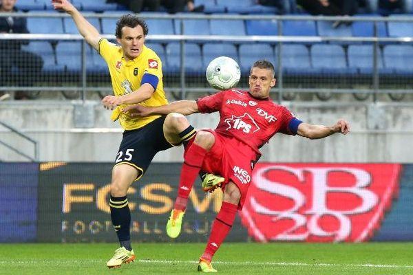 Julien Faussurier (FCSM) et Cédric Varrault (DFCO) lors du match FC Sochaux Montbeliard-Dijon au stade Bonal, vendredi 29 août 2014.