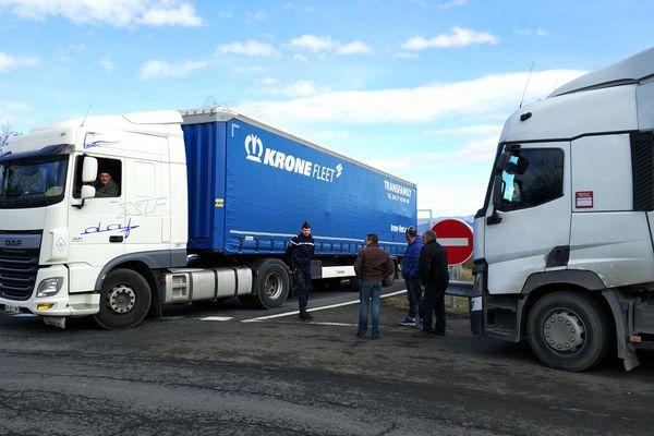 Certains routiers sont restés bloqués près de 30 heures avec l'interdiction d'emprunter l'A75 à hauteur de Lorlanges en Haute-Loire.