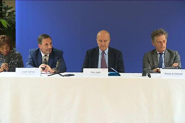 Joe DaGrosa, Alain Juppé et Nicolas de Tavernost en conférence de presse ce jeudi 11 octobre.