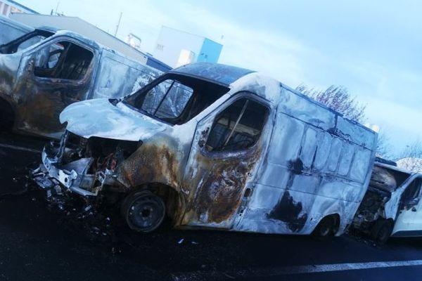 27 fourgonnettes de la société de livraison Warning carbonisées suite à un incendie criminel à Ambarès-et-Lagrave en Gironde