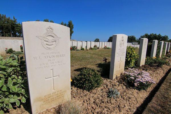 La tombe du pilote Harold Atkin-Berry, à côté de celles deux autres membres d'équipage de son bombardier abattu par les Allemands le 10 juillet 1940.