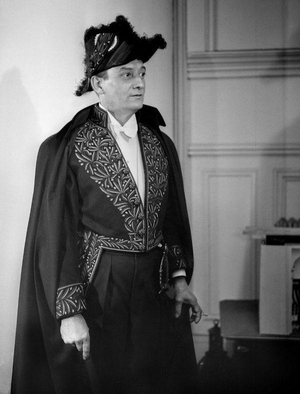 Marcel Pagnol en habit d'académicien en mars 1947. Président de la Société des auteurs, il est élu en 1946 à l'Académie Française.