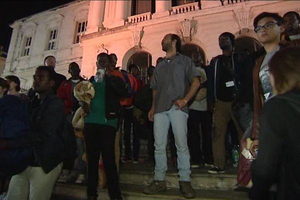 Cédric Herrou et le groupe de 80 migrants devant le Palais de Justice de Nice ce mercredi 24 mai.